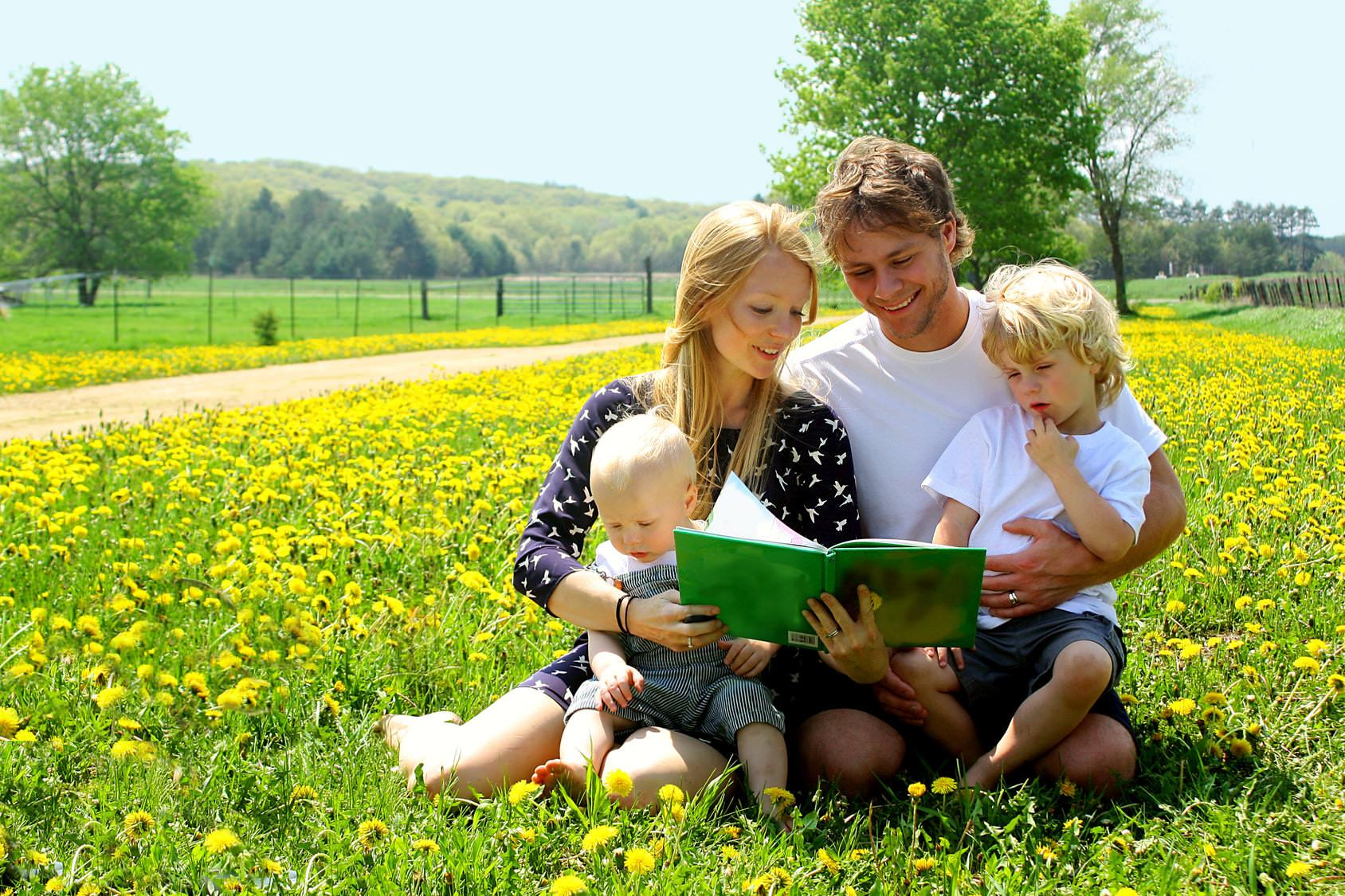 Чем отличаются усыновление и приемная семья (Фото: christingasner - Fotolia.com)